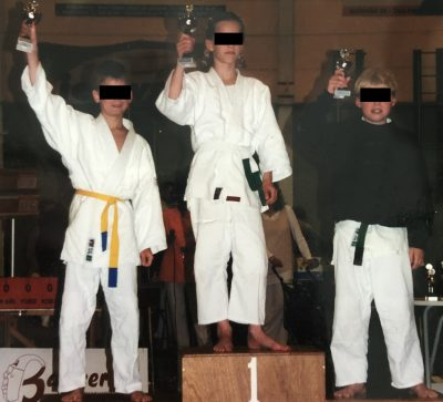 I am not new to beating boys. I used to kick ass at the playground. After that I would take the first place on the podium before more experienced boys in judo tournaments all over the country. In high school I would emberass my male classmates, taking down one after another in arm wrestling matches during the breaks.  That is me in the picture, with my white belt, age 11. Mwaha.